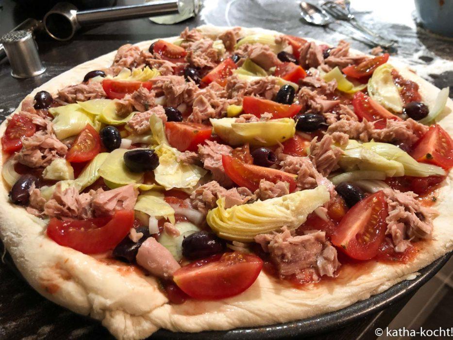 Pizza mit Artischocken und Thunfisch