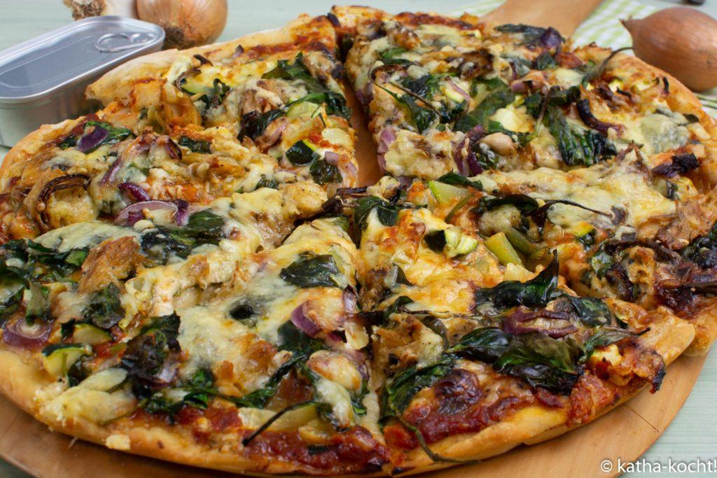 Pizza mit Makrelen und Spinat