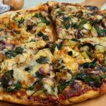 Pizza mit Makrele und Spinat