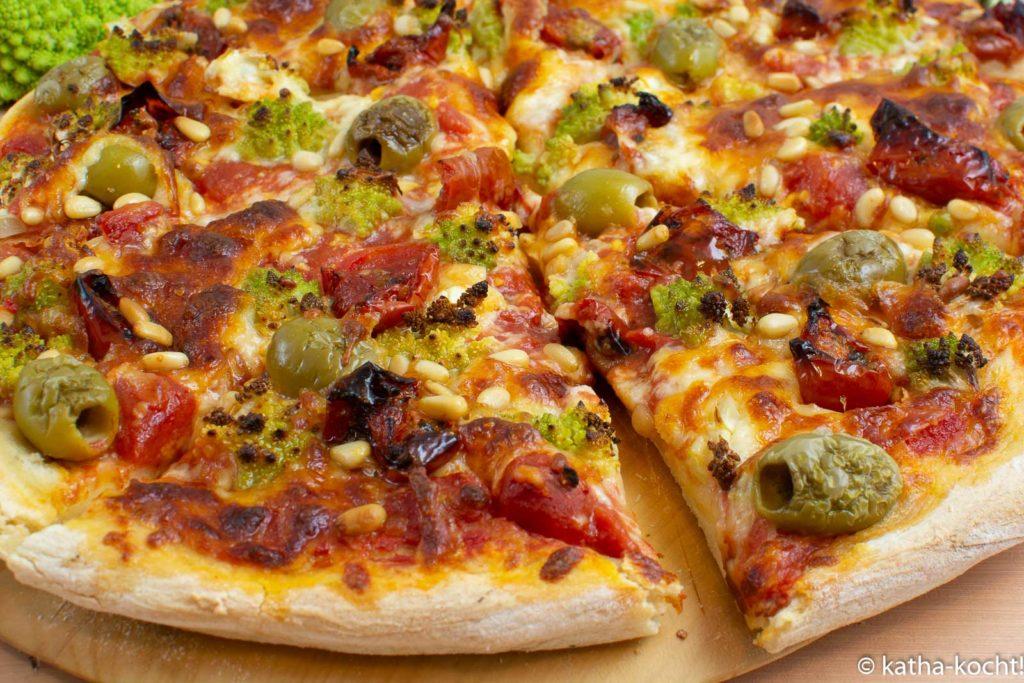 Pizza mit Romanesco und getrockneten Tomaten
