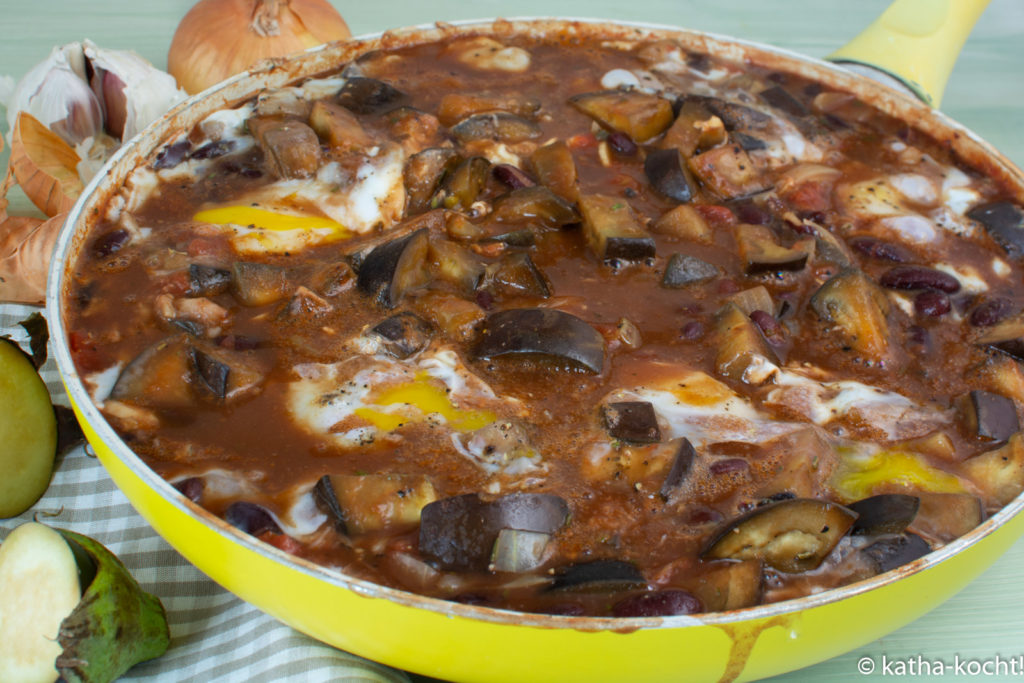 Baked Beans mit Aubergine und Ei