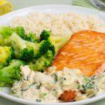 Gebratener Lachs mit Brokkoli und Zitronen-Sahnesauce
