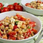 Kichererbsensalat mit Tomaten und Schafskäse