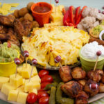 Amerikanisches Fingerfood mit Snacks zum Superbowl - Charcurie Teller - Charcurie Board