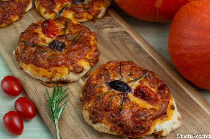 Halloween - Pizza mit Spinnen und Tomatensauce