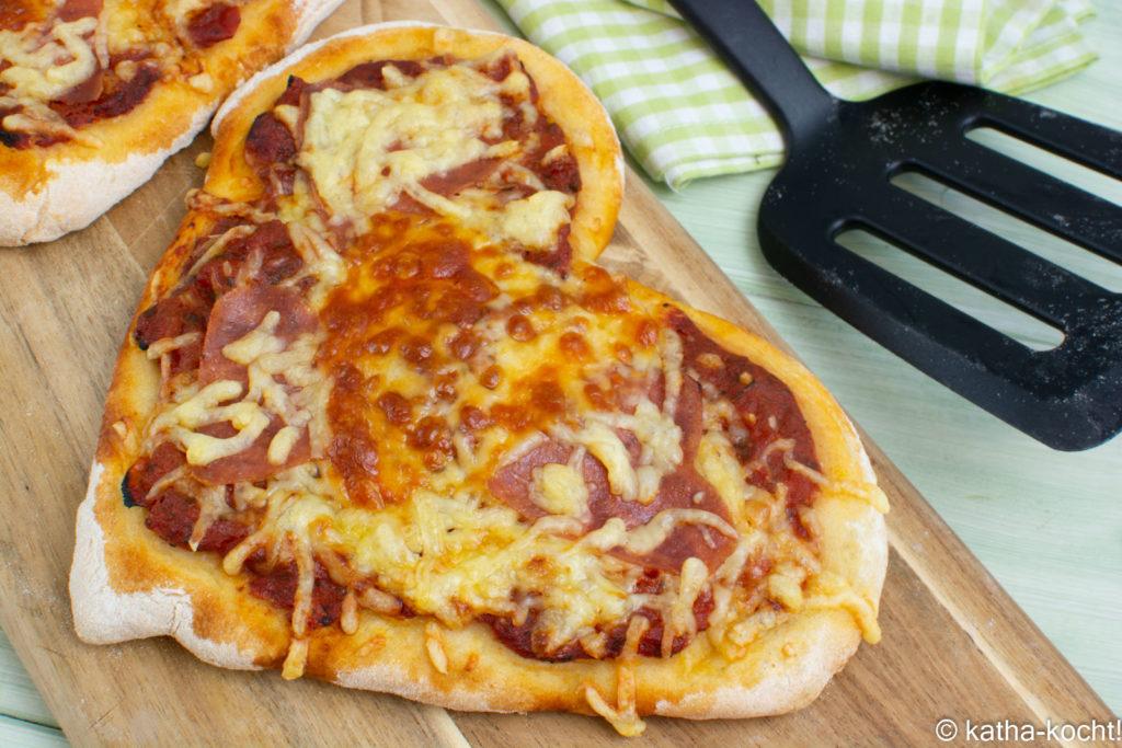 Herz-Pizza mit Salami zum Valentinstag