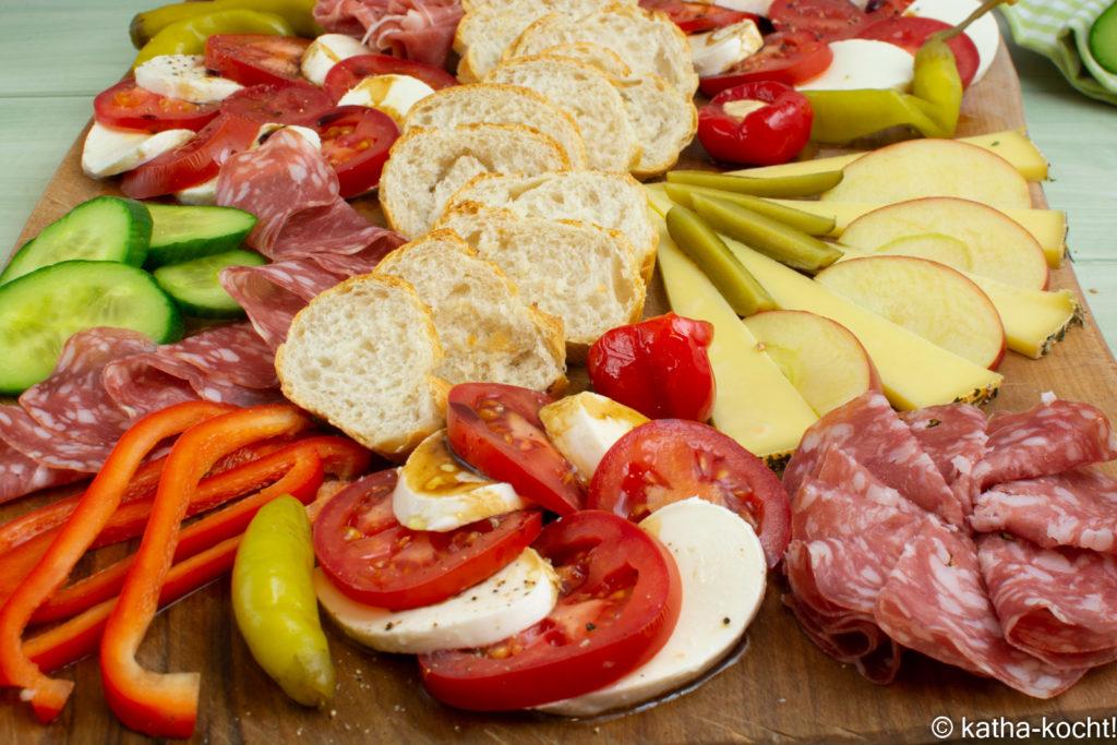 Charcuterie Platte mit italienischen Leckereien