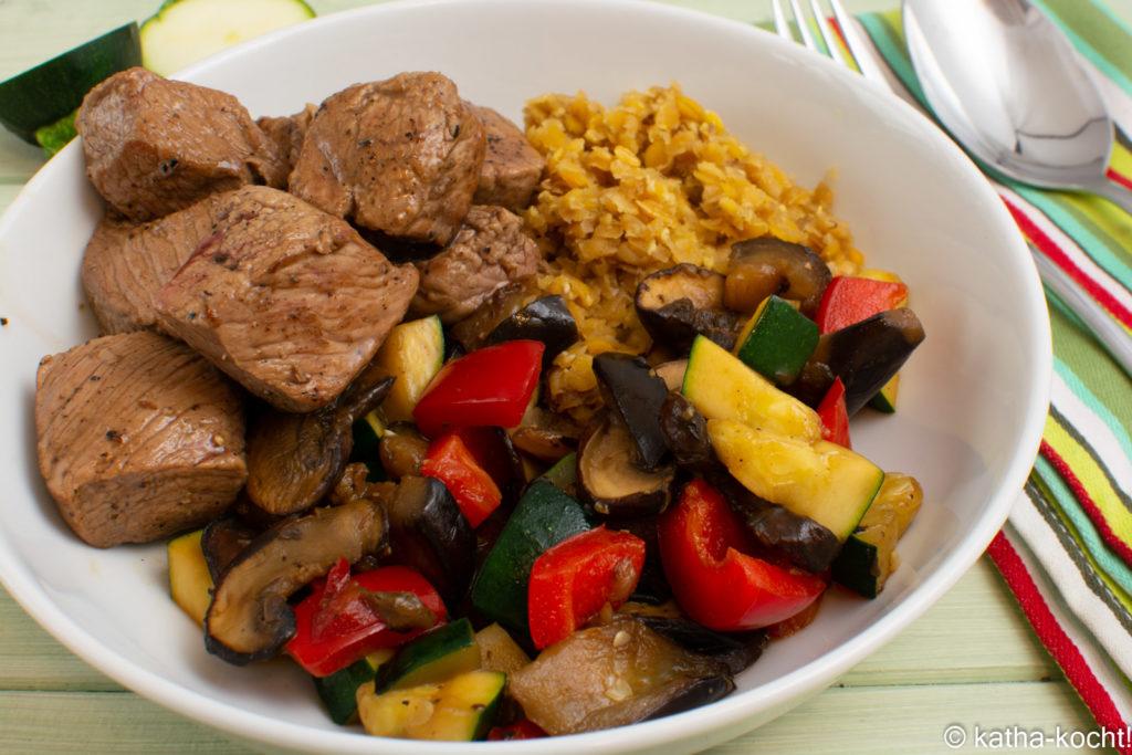 Lamm mit roten Linsen und geröstetem Gemüse