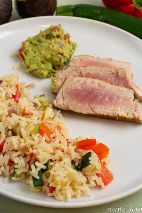 Thunfisch mit Gemüsereis und Guacamole