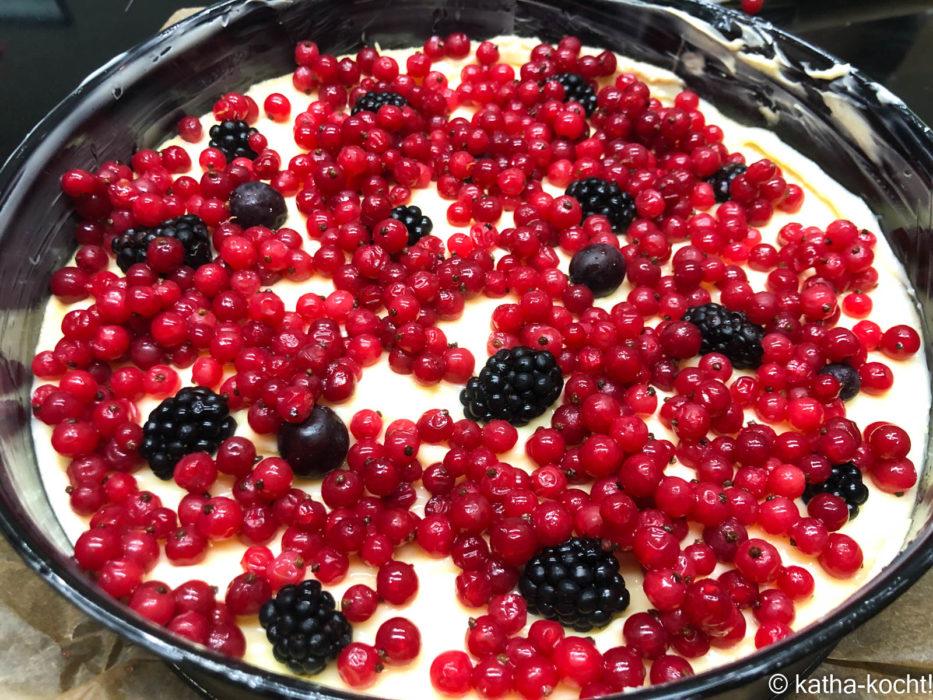 Streuselkuchen mit Pudding und Beeren